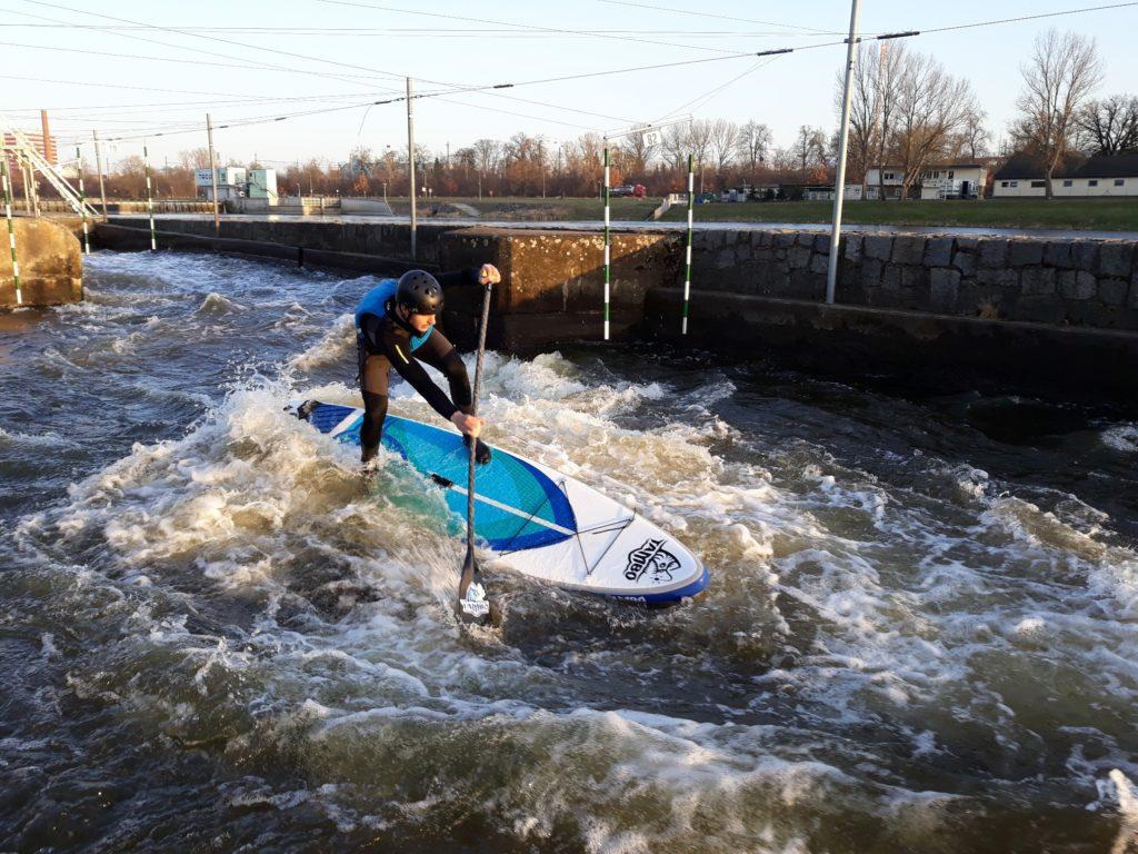 paddleboarding na divoké vodě