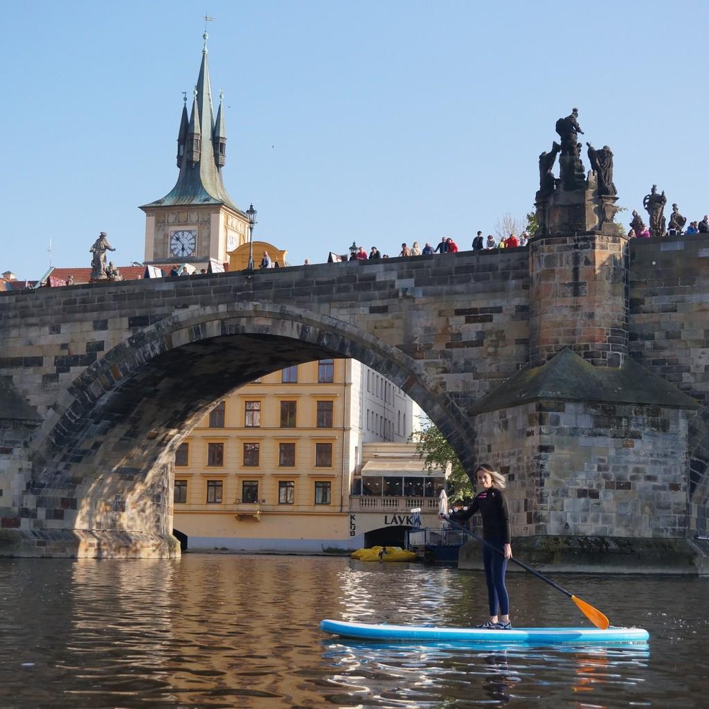 Projížďka pod Karlovým mostem na paddleboardu