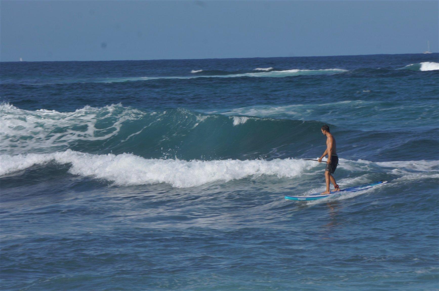 Surfování s nafukovacím paddleboardem na Korsice